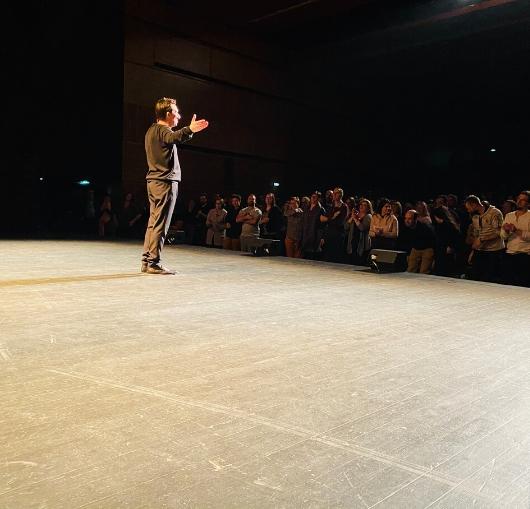 Sellig humoriste français sur scène à nantes et en tournée dans toute la France