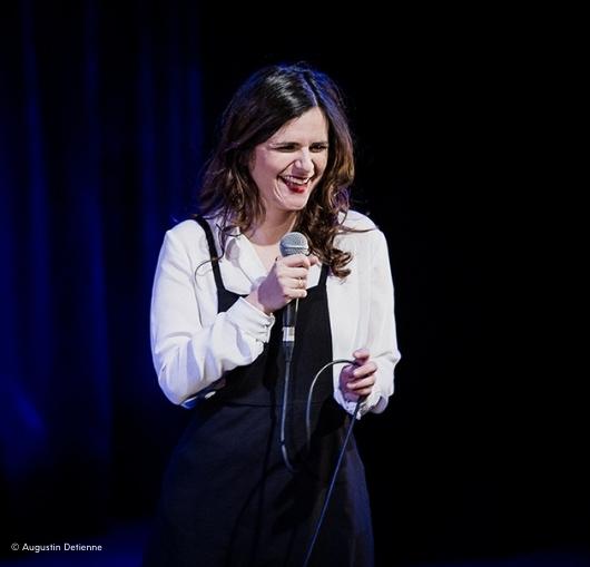 Laura Domenge au théâtre sur scène