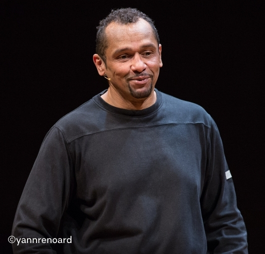 Mickael Quiroga à la compagnie du café théâtre en spectacle avec son stand up
